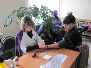 первый пациент (измерение уровня глюкозы в крови- глюкометром, измерение АД